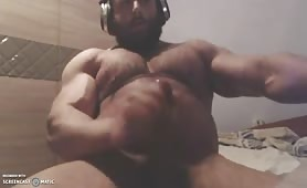huge muscular guy jerking off on webcam
